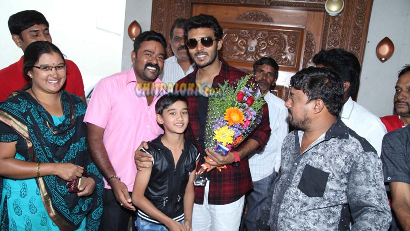 manoranjan celebrates his birthday with fans