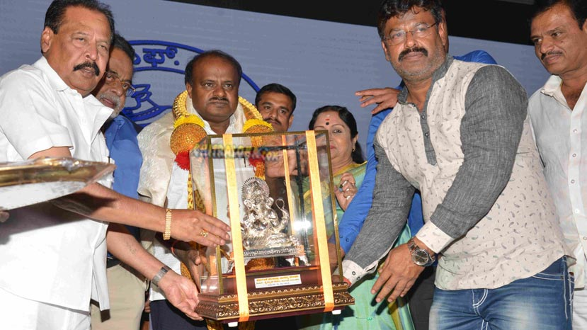cm hd kumaraswamy honored by kfcc