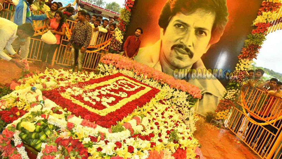 vishnuvardhan fans celebrate his birthday at abhiman studios